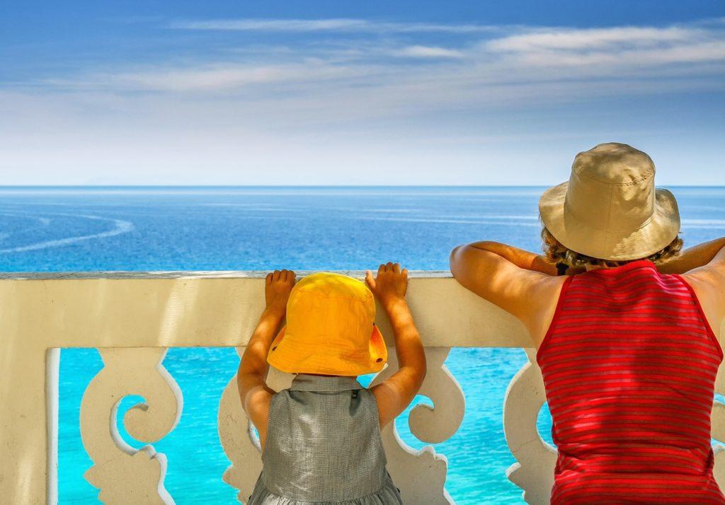 dzieci patrzące na morze