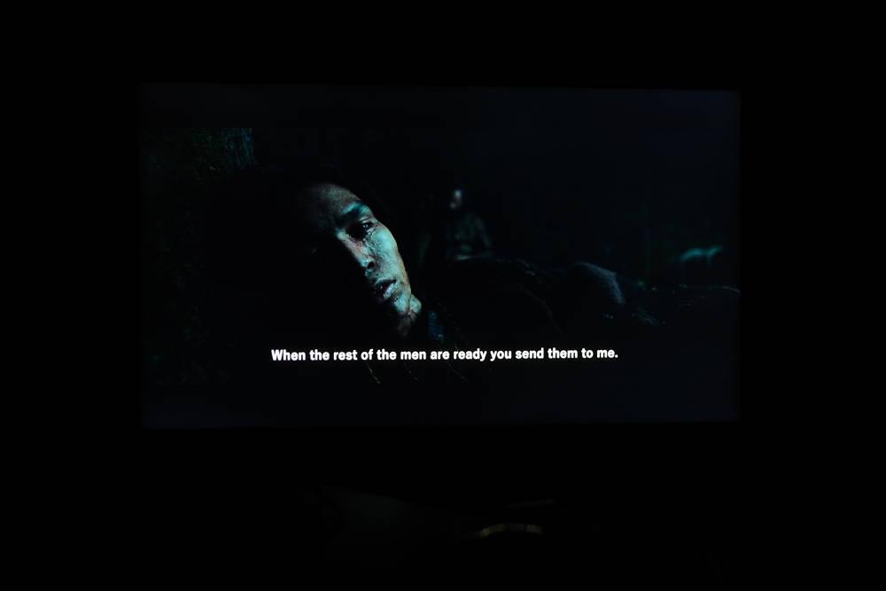 """kadr z filmu """"zjawa"""" na ekranie telewizora samsung 55q64ta"""