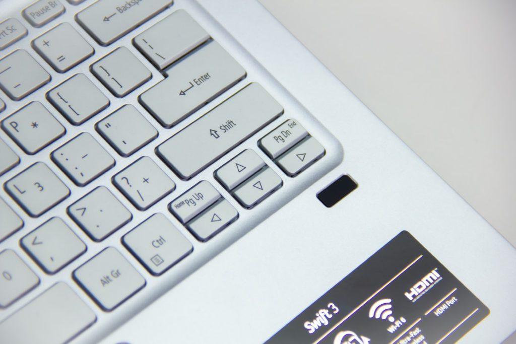 Acer Swift 3 Ryzen 5 4500U czytnik linii papilarnych, fragment klawiatury