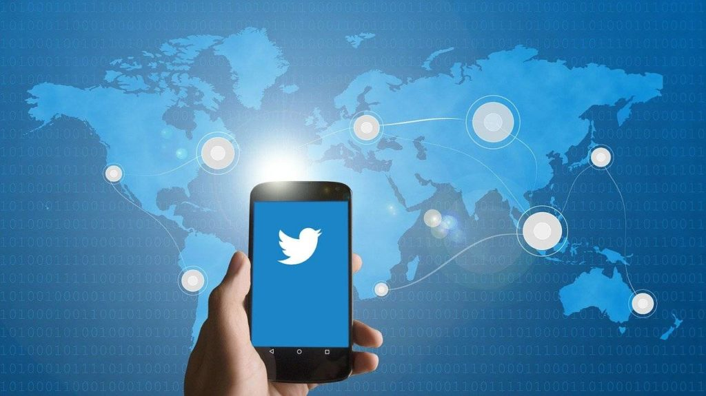 aplikacja twitter na smartfonie