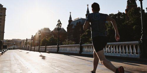 Jak zacząć biegać? Krótki poradnik dla początkujących i zbiór akcesoriów, które mogą przydać się podczas treningu