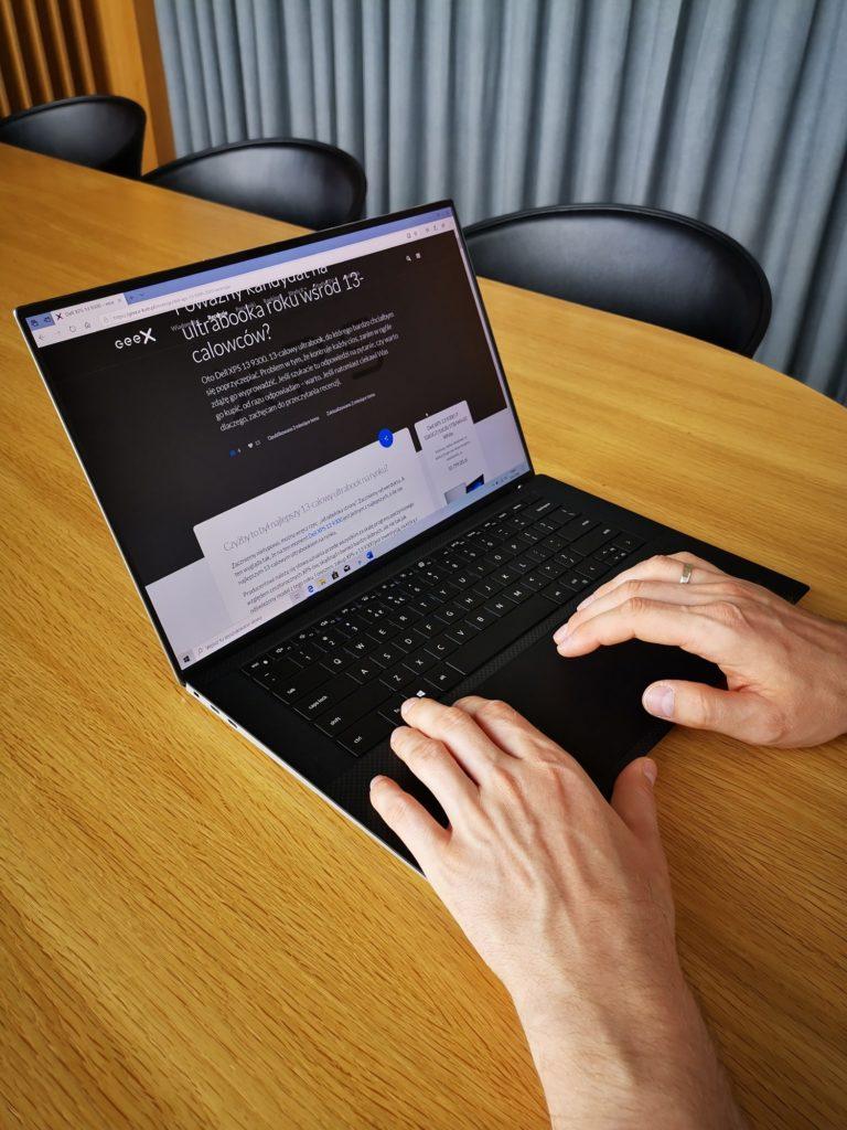 Dell XPS 15 9500 pisanie na klawiaturze
