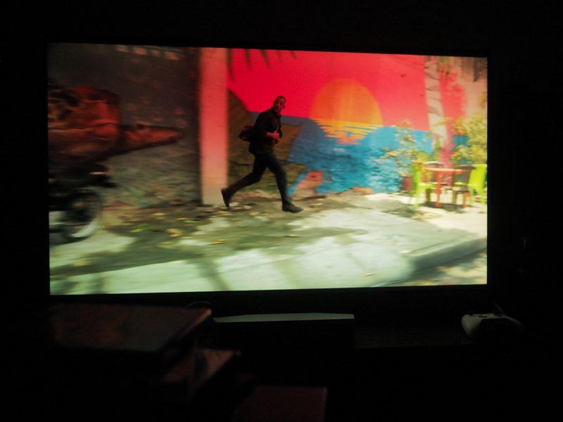 scena z filmu bliźniak na ekranie sony kd-55xh9505