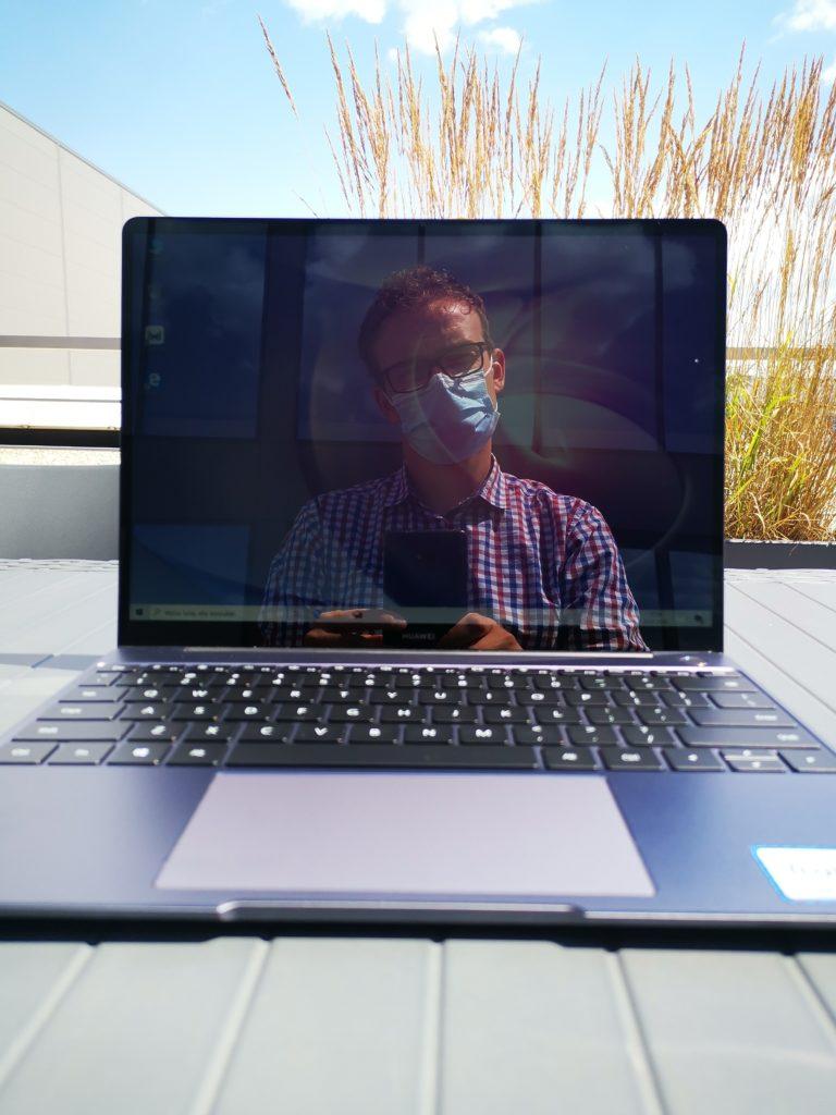 MateBook 13 Ryzen ekran w słońcu