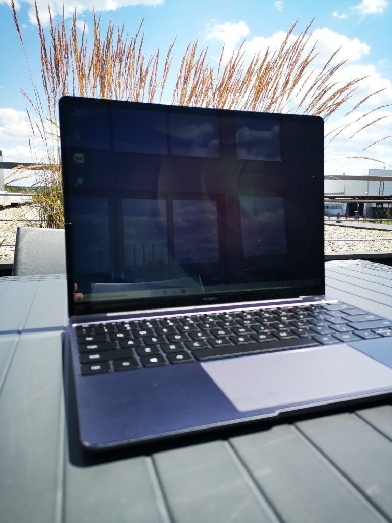 MateBook 13 2020 Ryzen praca w silnym słońcu