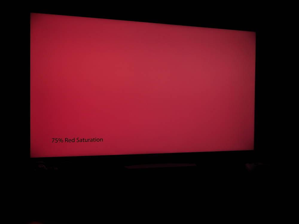 plansza czerwonego koloru na ekranie kd-55xh9505 widziana pod kątem