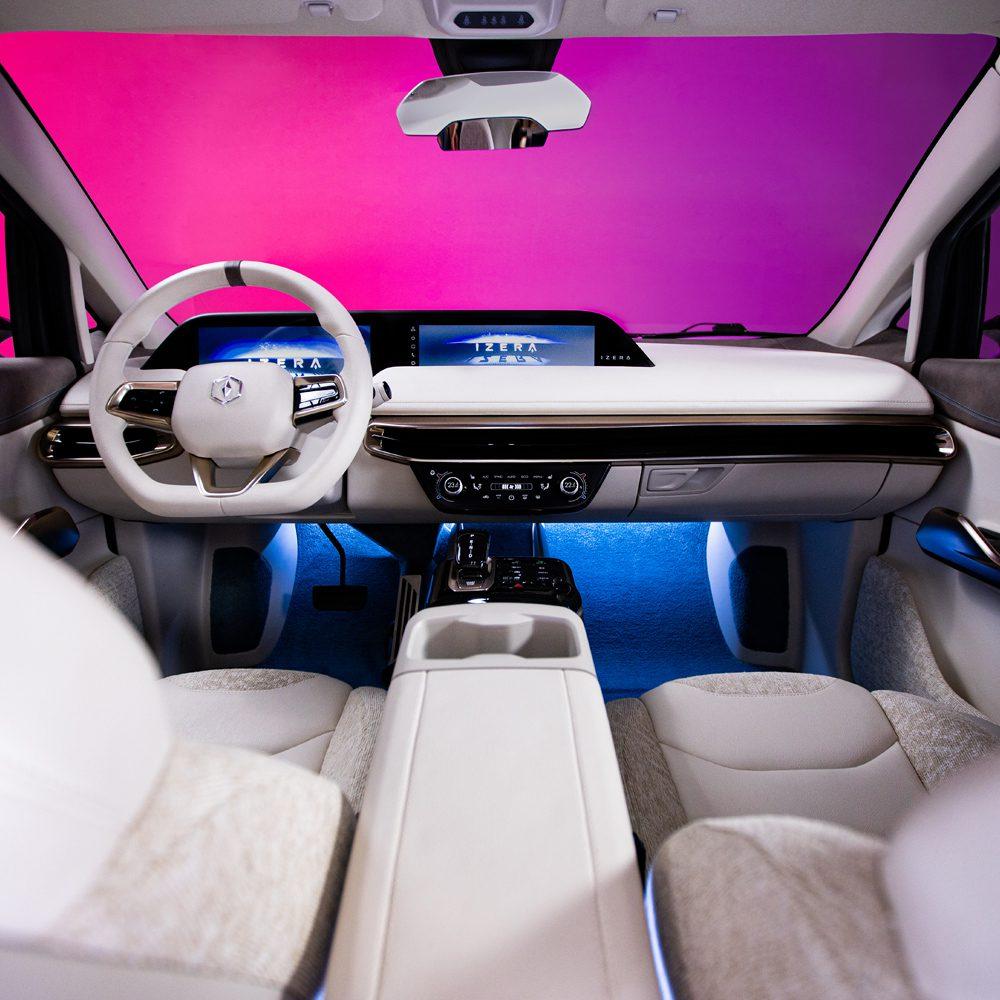 przestronne wnętrze samochodu izera hatchback