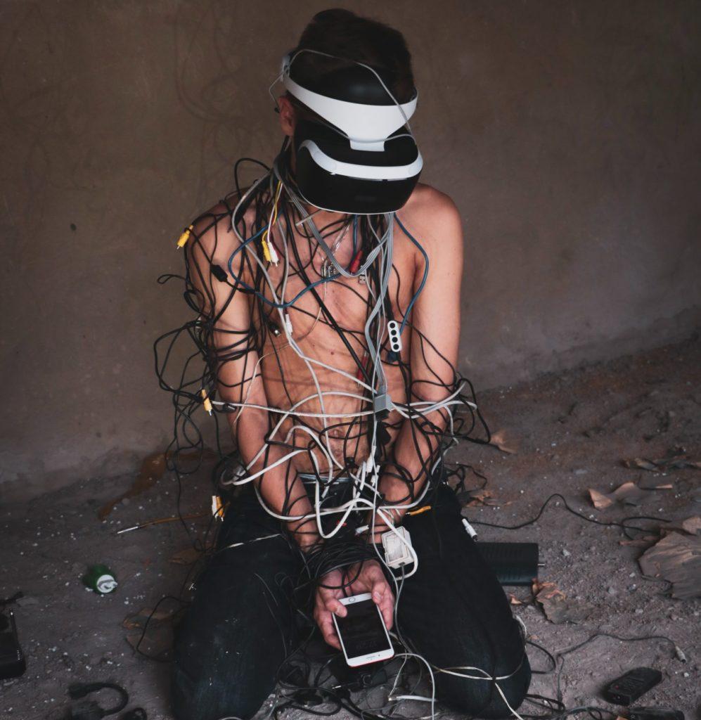 mężczyzna połączony z urządzeniami