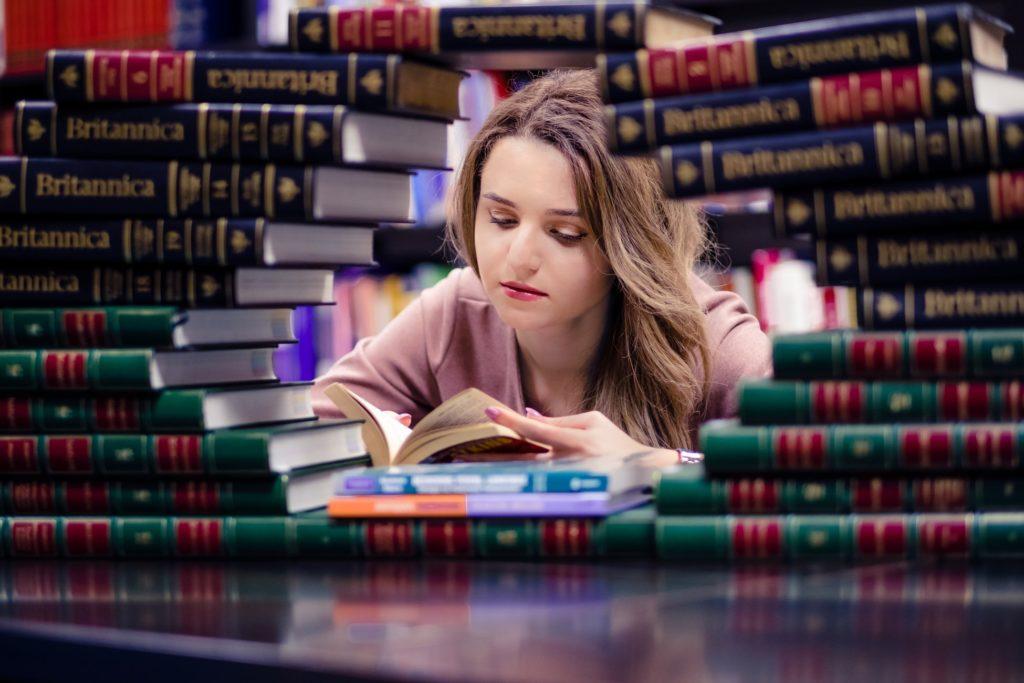 czytająca nastolatka