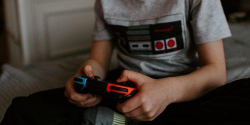 Brytyjscy naukowcy: gry komputerowe pomagają dzieciom lepiej czytać i pisać, poprawiają ich ogólne samopoczucie i uczą empatii