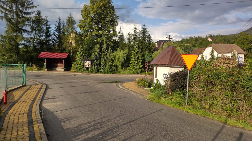 droga, przystanek autobusowy, kapliczka, znak drogowy zdjęcie wykonane motorolą edge