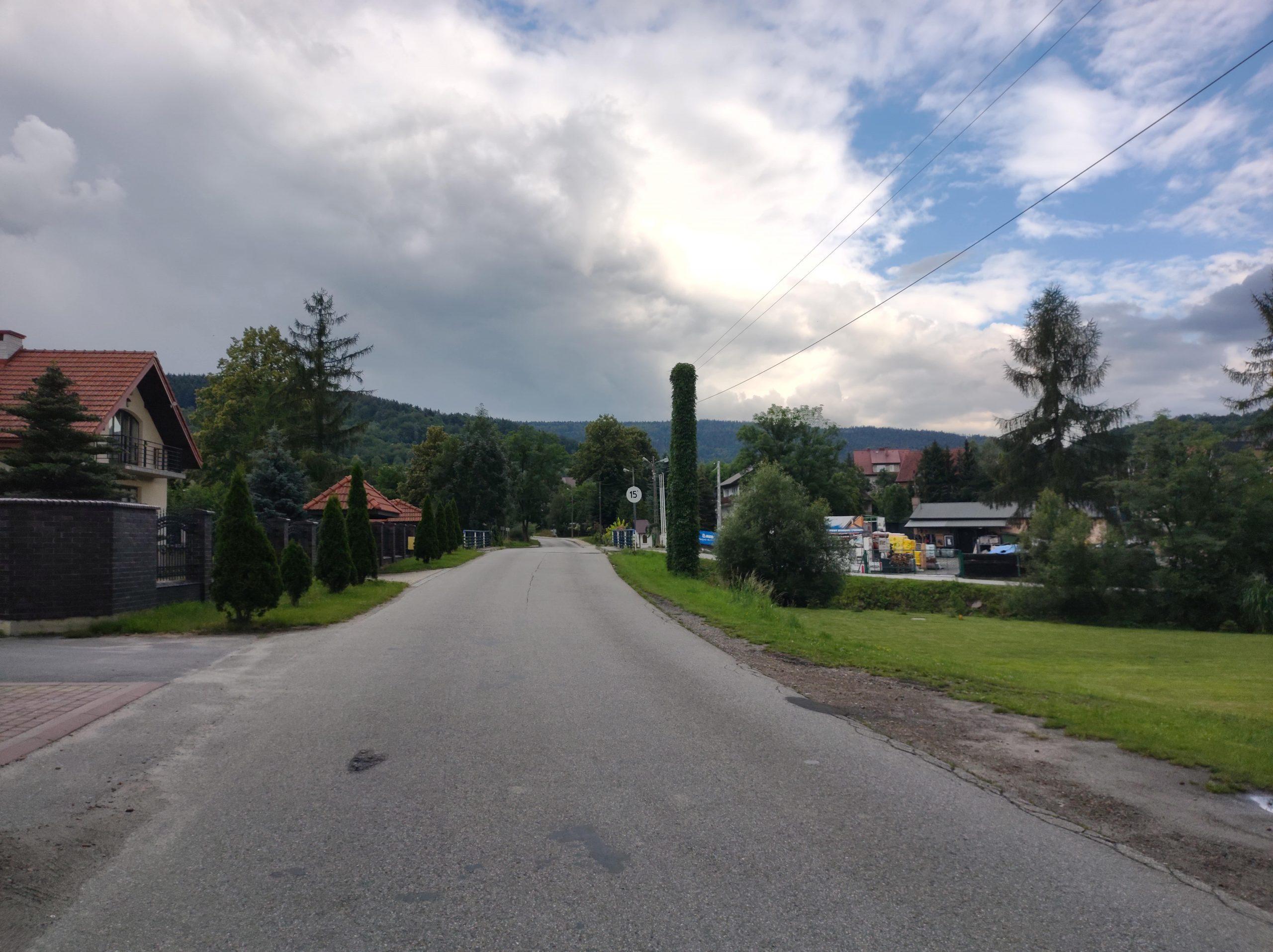 droga, wieś, domy, niebo, tuje zdjęcie wykonane motorolą edge