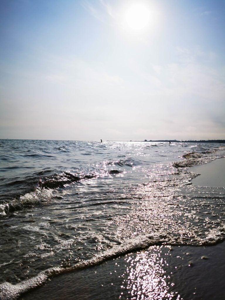P30 Pro zdjęcie fal na brzegu