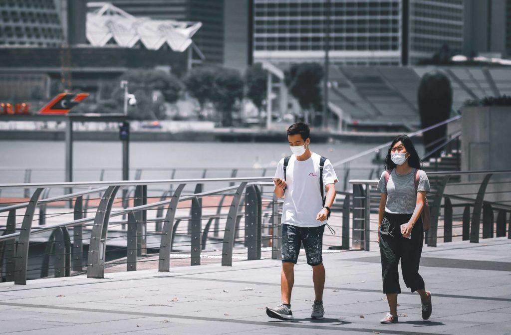 ludzie spacerujący w Singapurze