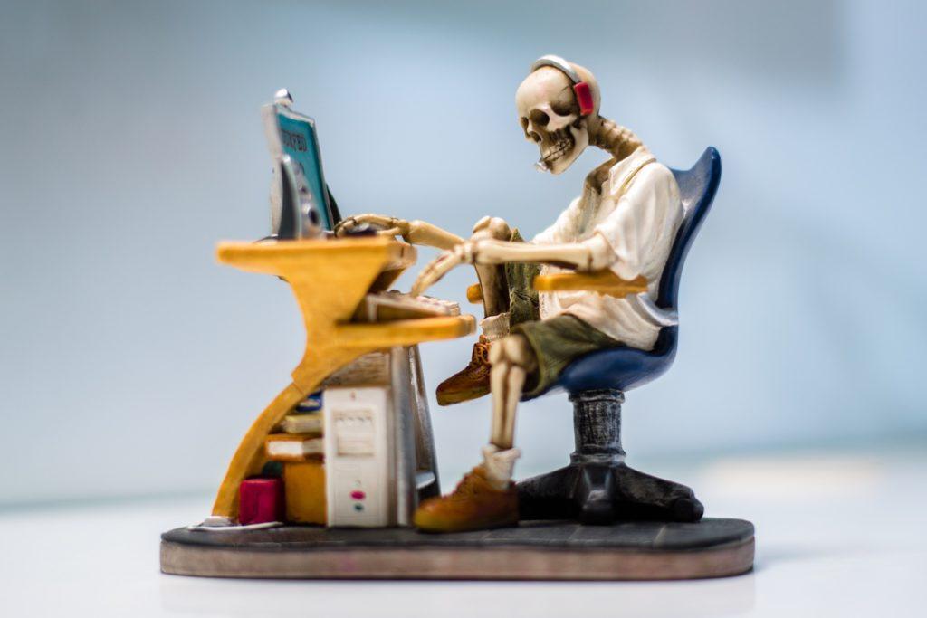 Szkielet siedzący przed komputerem