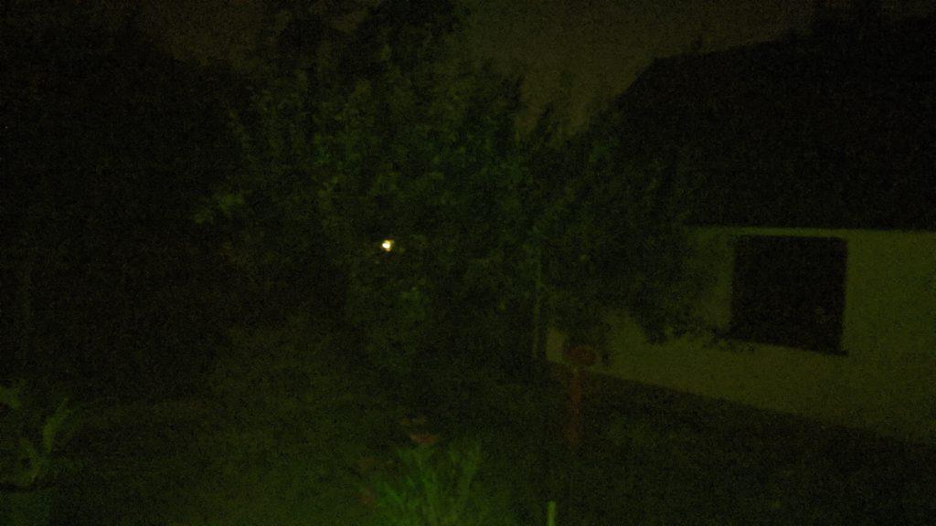 ciemne zdjęcie bez latarki, widać tylko odległe światło
