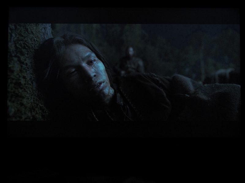 mężczyzna leżący w cieniu, scena z filmu zjawa na ekranie xiaomi mi led tv 4s 65