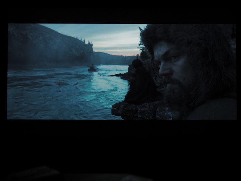 scena z filmu zjawa na ekranie xiaomi mi led tv 4s 65