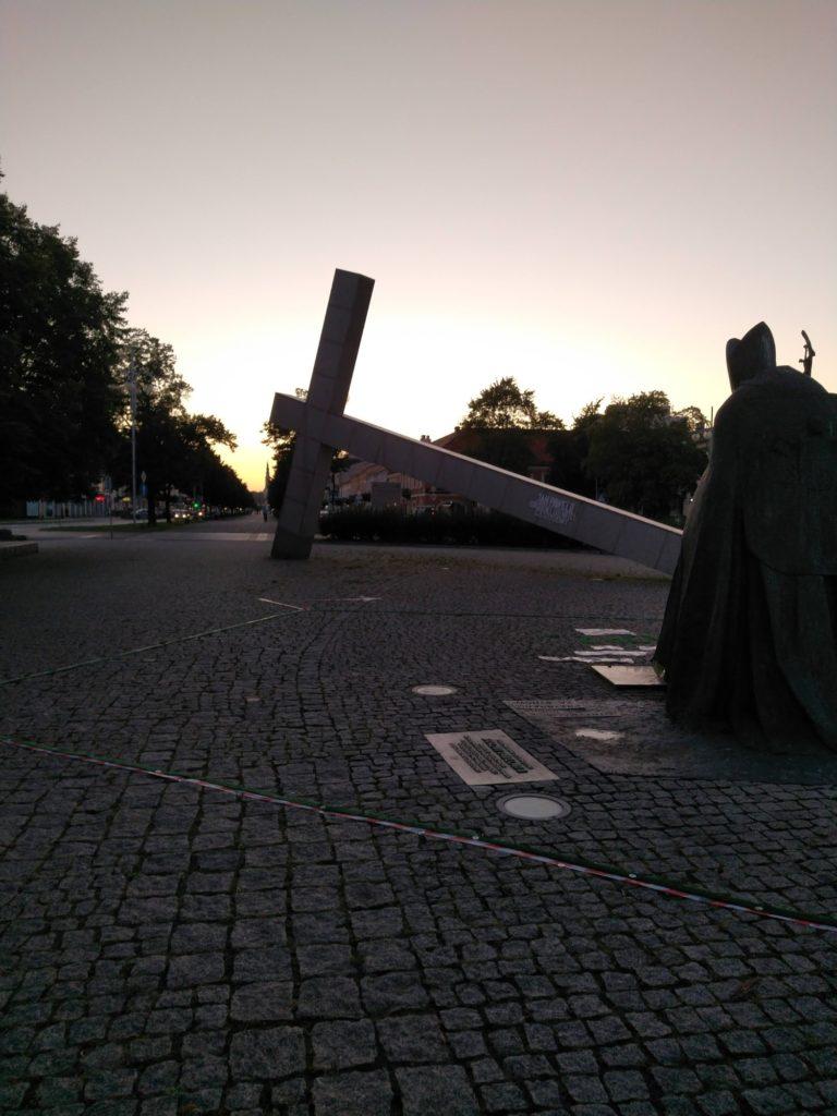 krzyż pomnik wieczór obiektyw 48 Mpix htc desire 20 pro