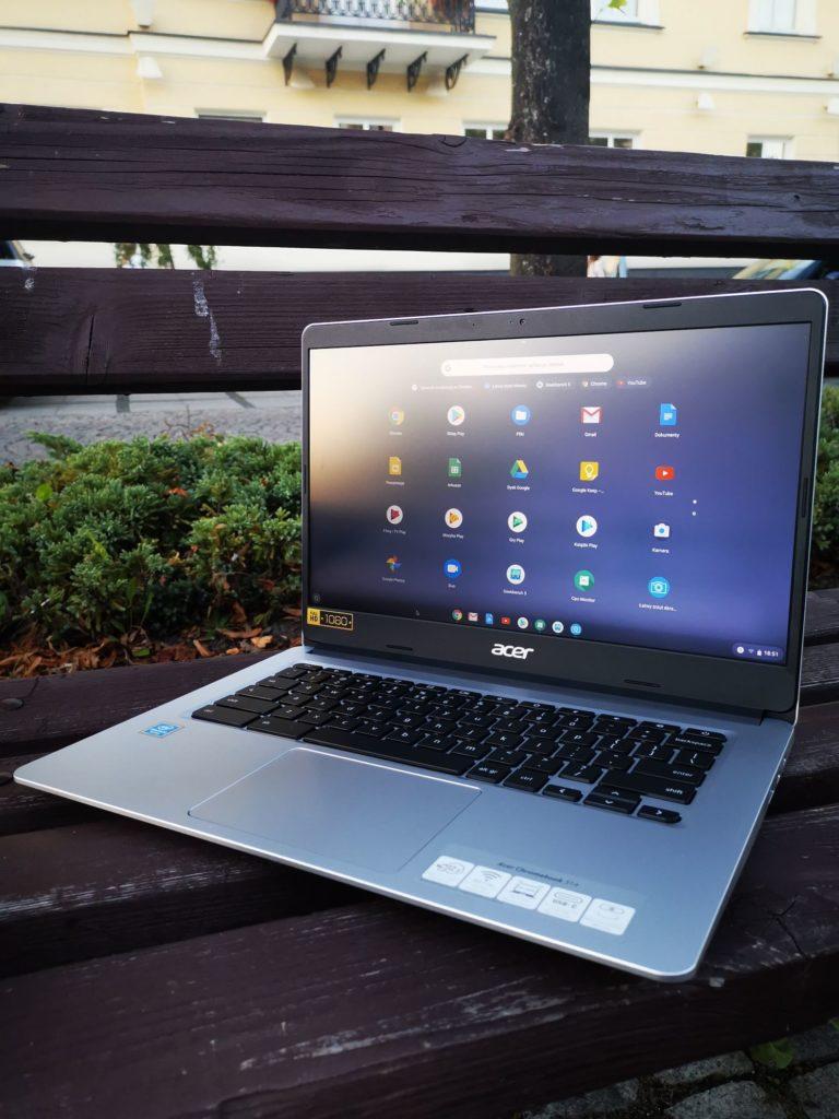 Acer Chromebook 314 laptop na zewnątrz