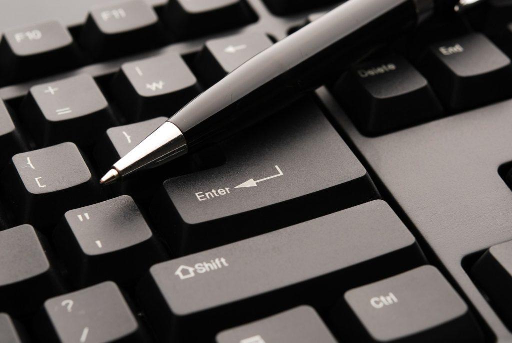 klawiatura i długopis