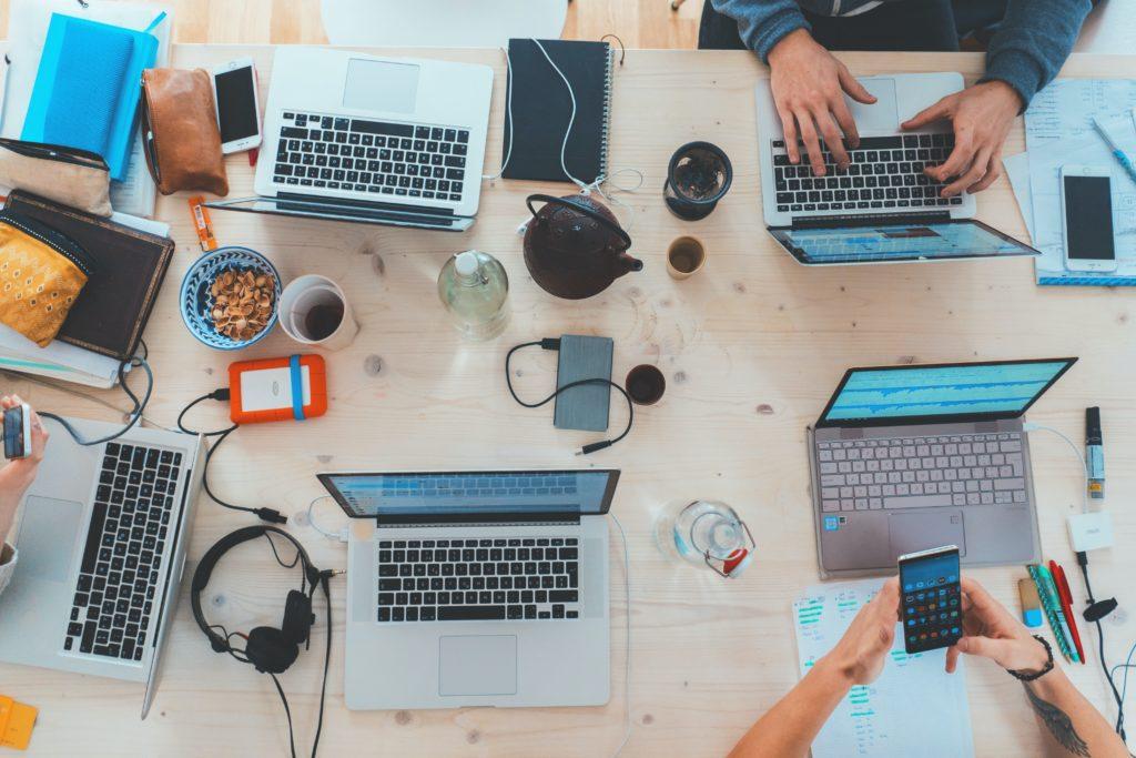 Kilka laptopów na biurku