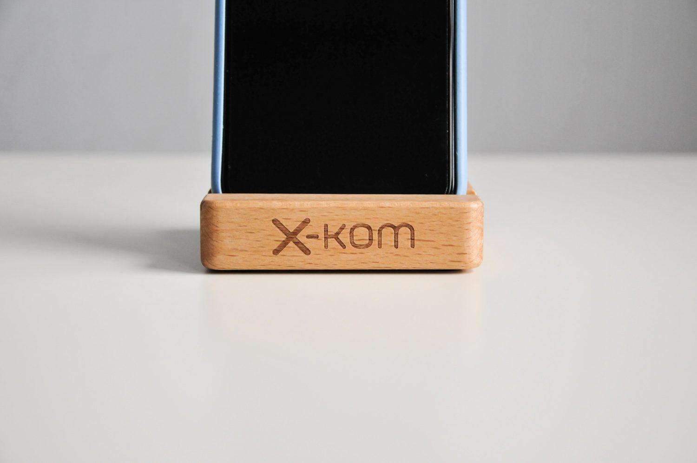 drewniana podstawka na telefon