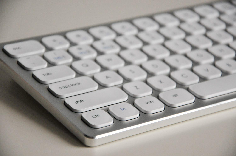 biała klawiatura bezprzewodowa