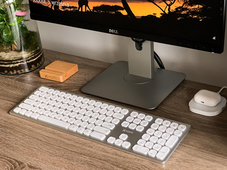 stanowisko pracy z klawiaturą bezprzewodową