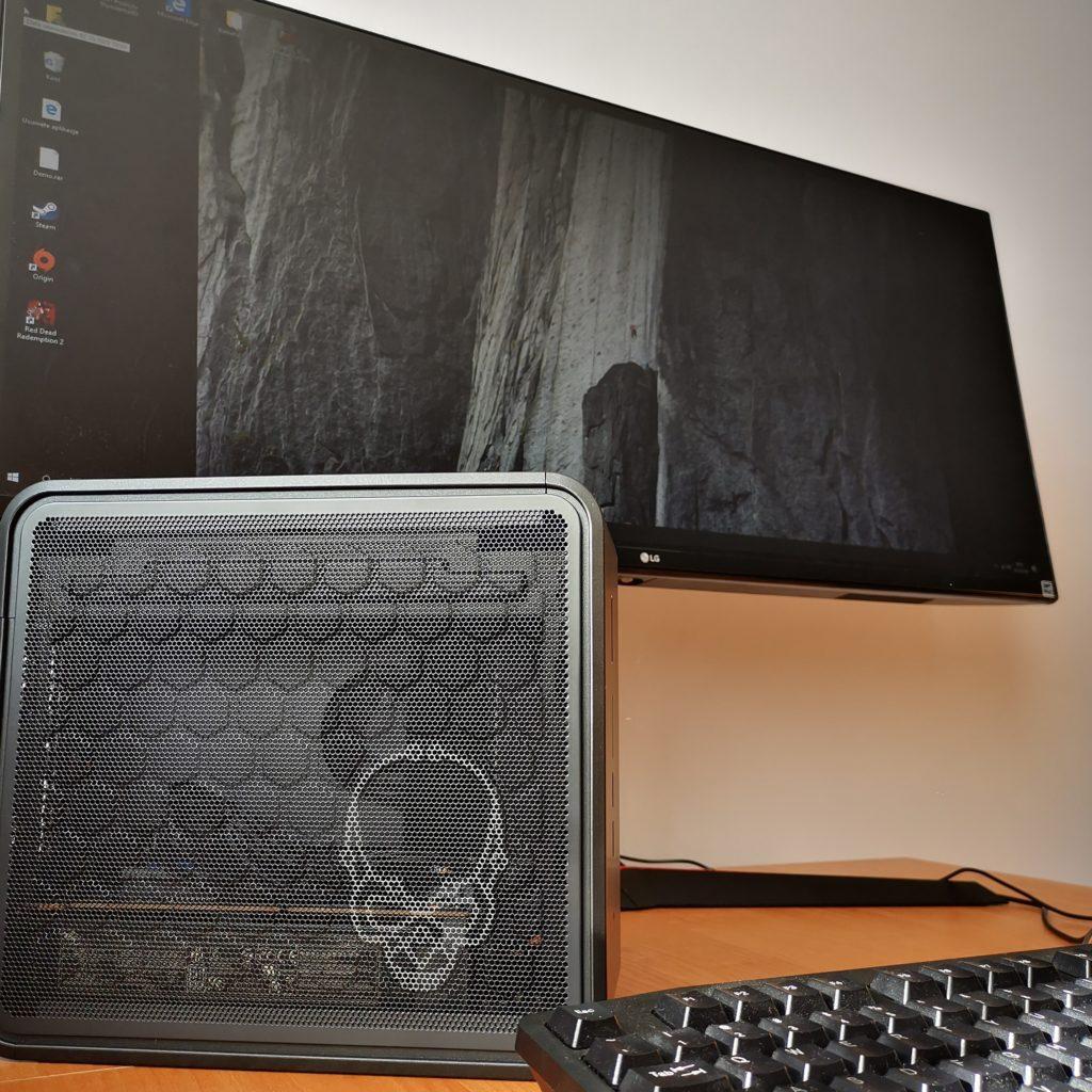 Intel NUC 9 Extreme komputer i monitor