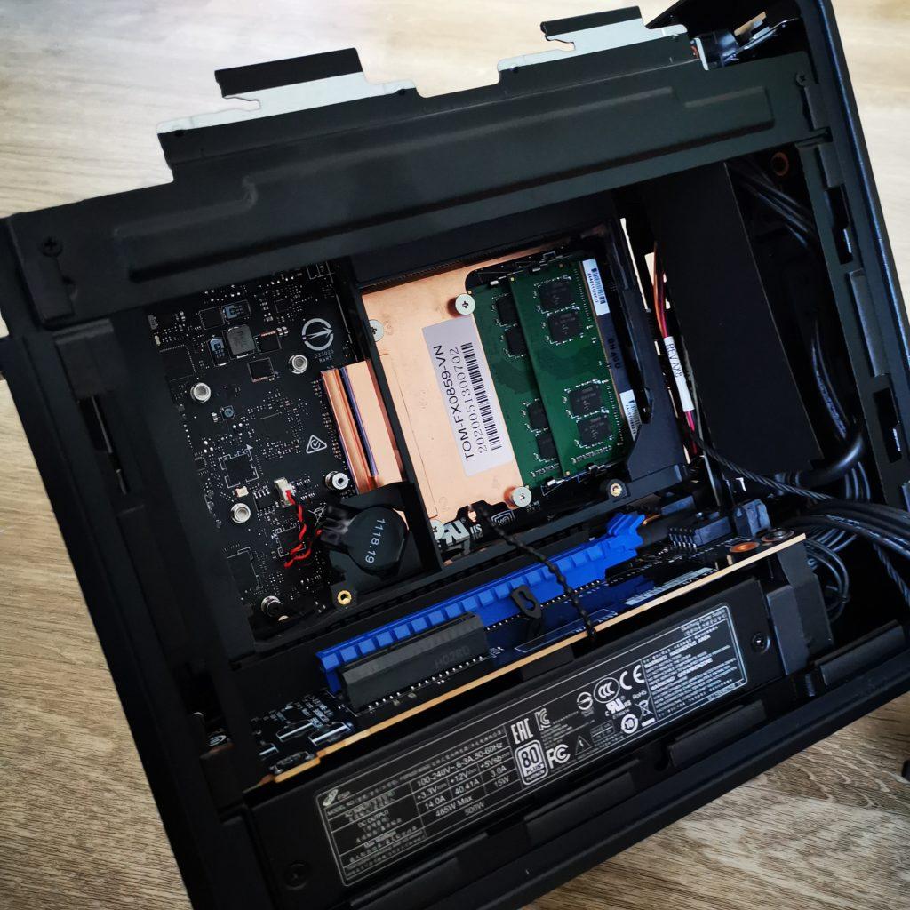 Intel NUC 9 Extreme wnętrze komputera