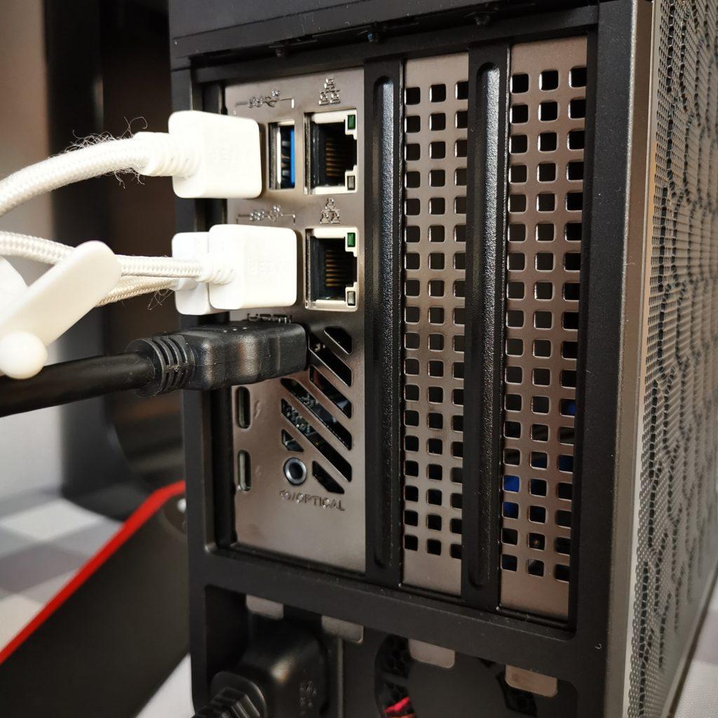 Intel NUC 9 Extreme zajęte porty USB i HDMI