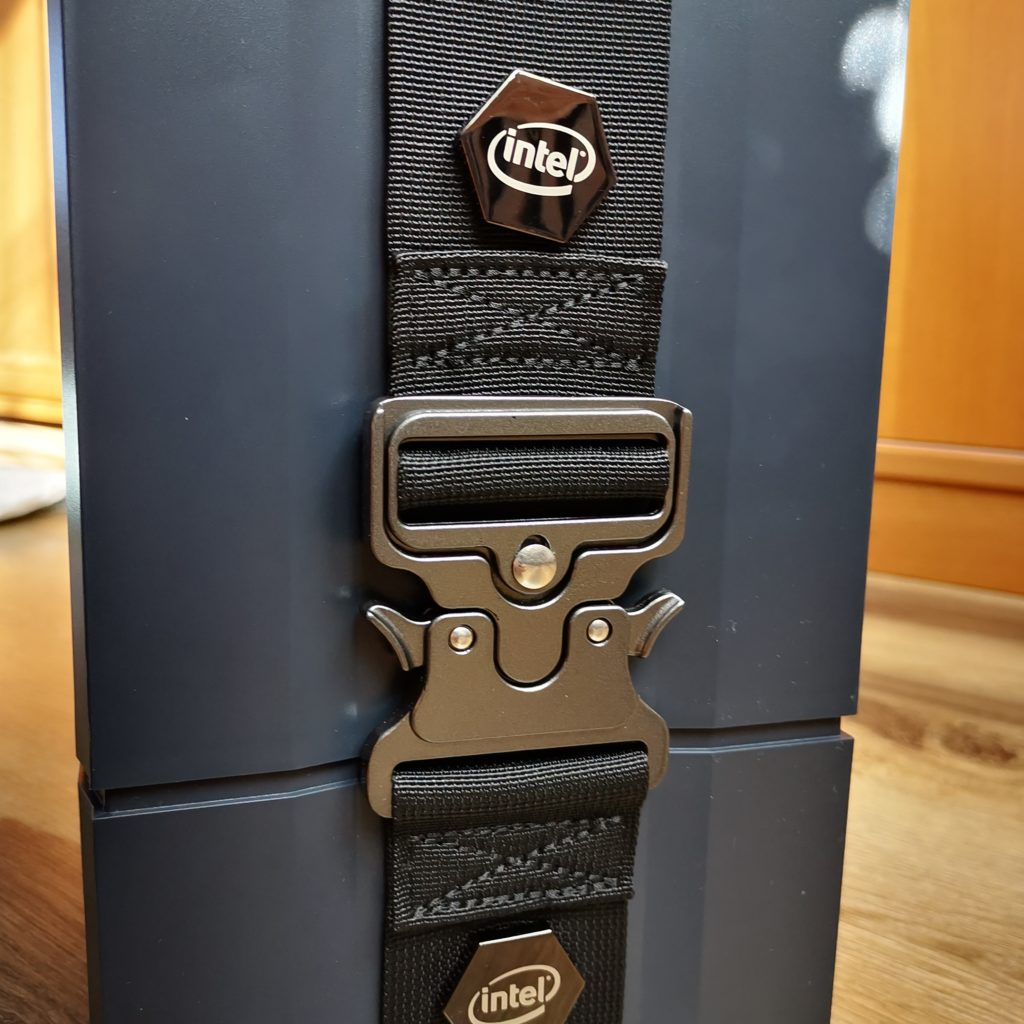 Intel NUC 9 Extreme zapinka pudełka