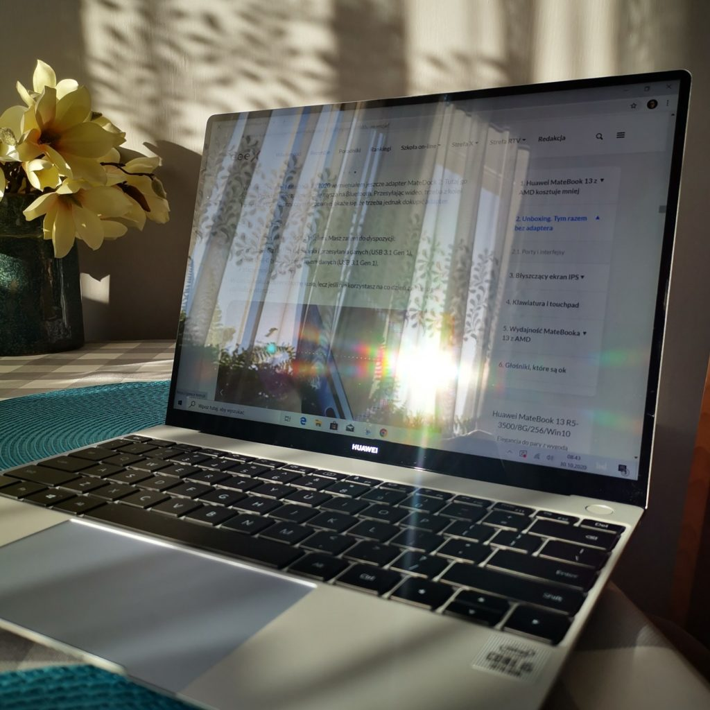 MateBook X 2020 ekran w słońcu
