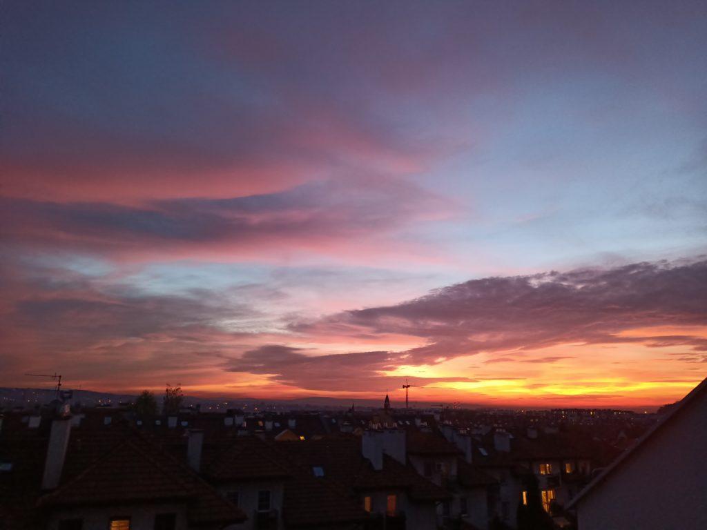 zachód słońca nad miastem reno4 lite