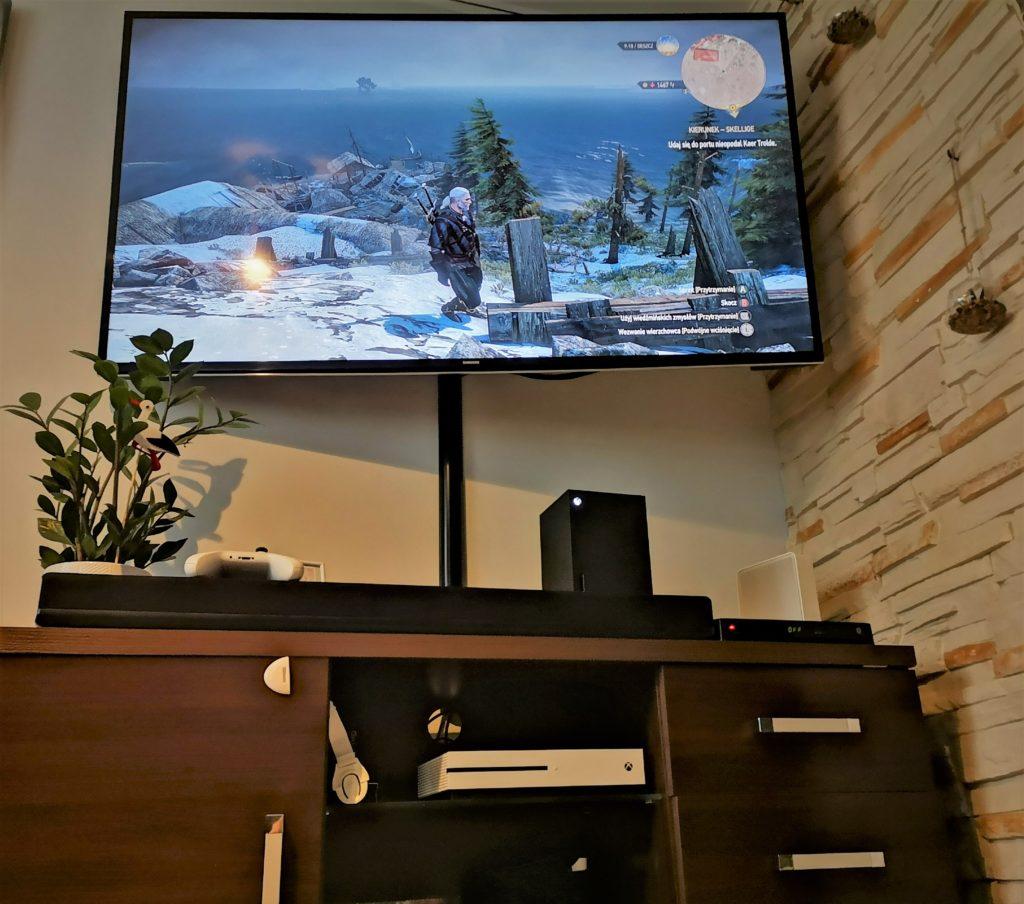Xbox Series X przy telewizorze