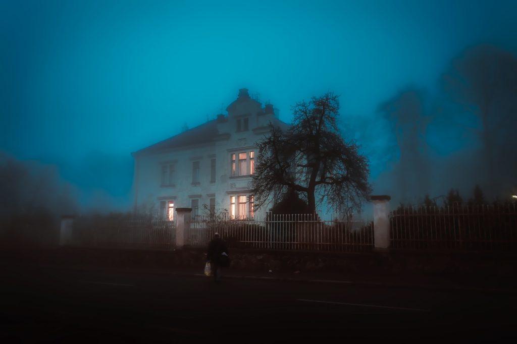 dom włączone światło