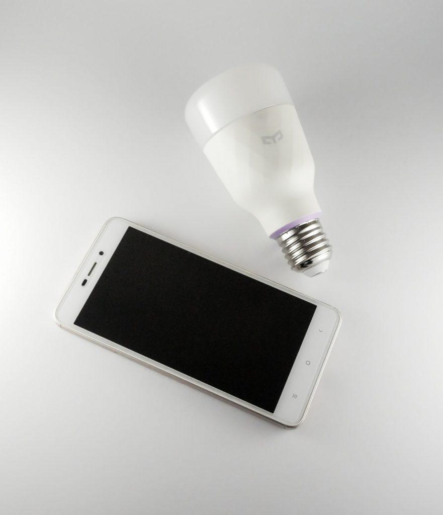 inteligentna żarówka smartfon