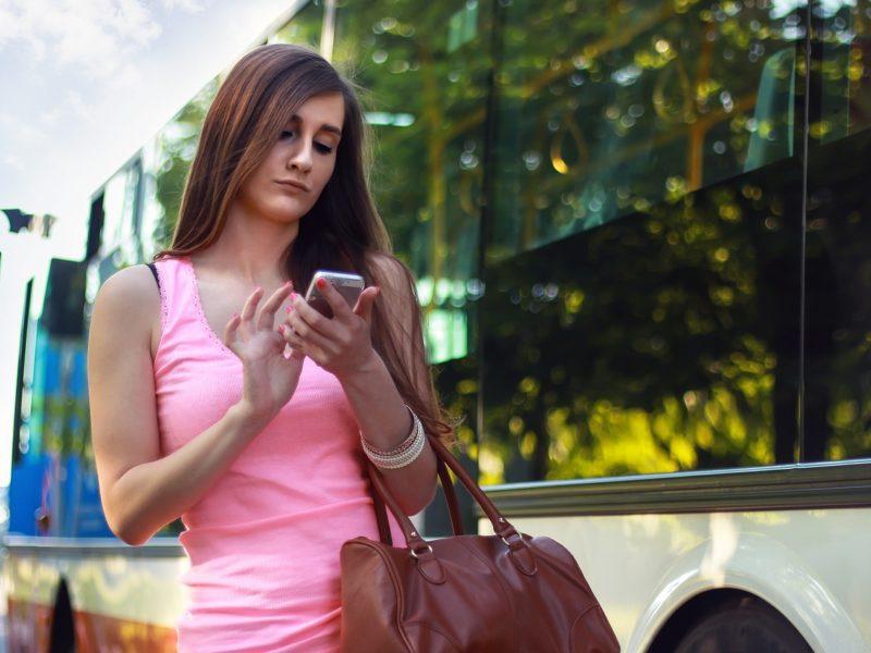Zakaz korzystania z telefonów podczas przechodzenia przez jezdnię. Zaproponowano nowe zasady bezpieczeństwa