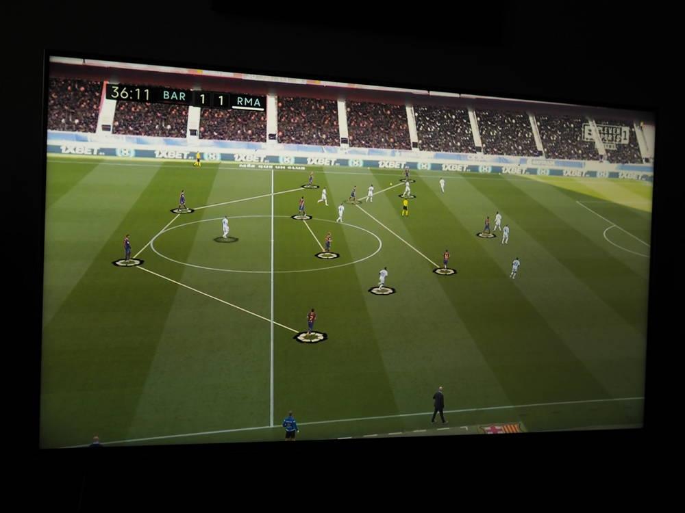 mecz piłkarski oglądany na ekranie telewizora sony 55xh9005