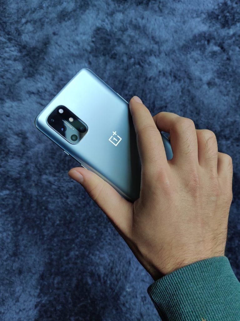 OnePlus 8T tył w ręce