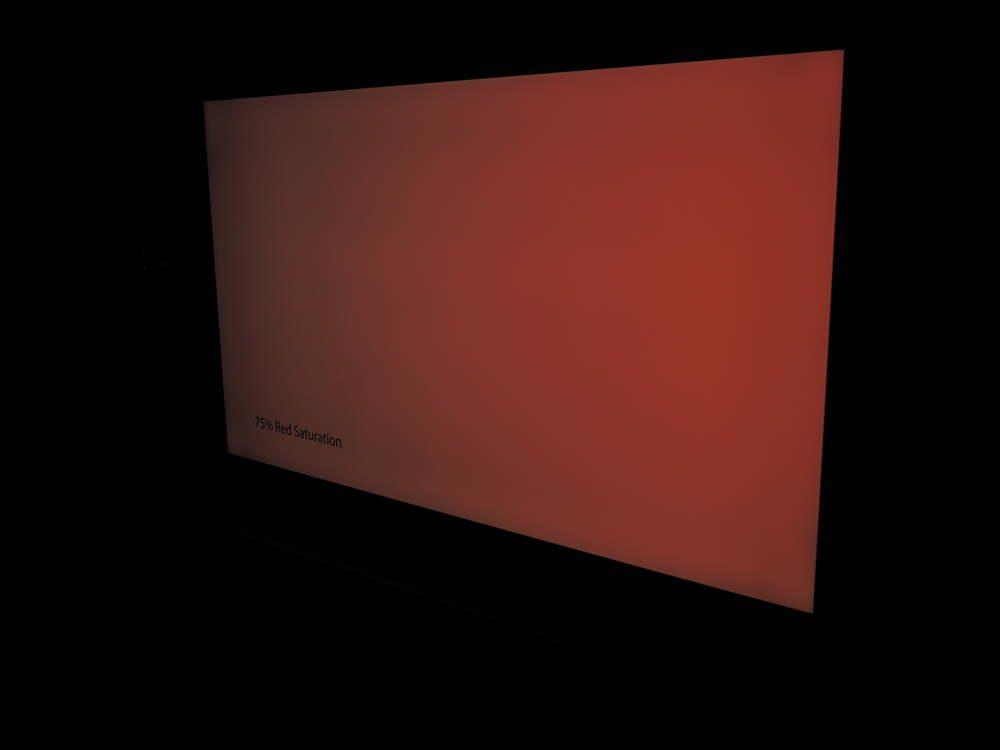 sfotografowana pod kątem czerwona plansza, która pokazuje utratę nasycenia kolorów w samsung 65tu7102