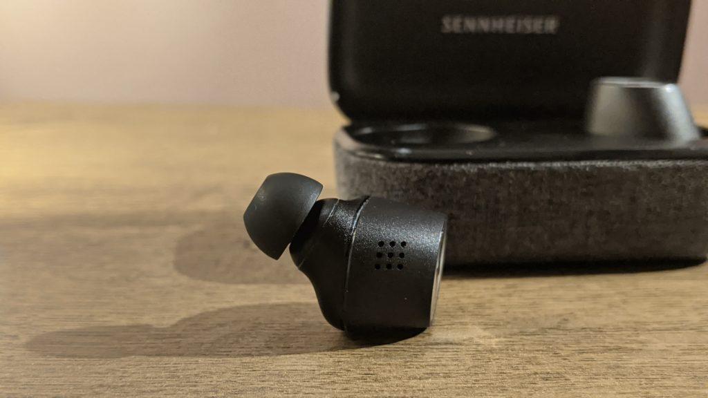 wygląd pojedynczej słuchawki sennheiser momentum true wireless 2