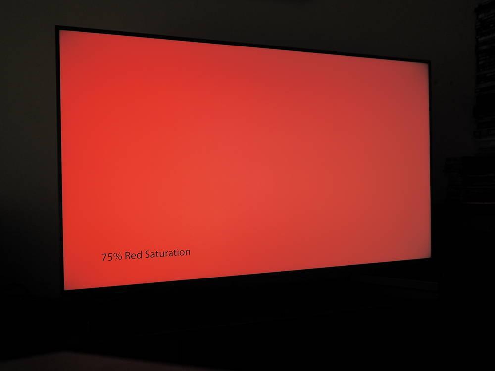 czerwona plansza wyświetlona na ekranie sony 49xh9505 i oglądana pod kątem