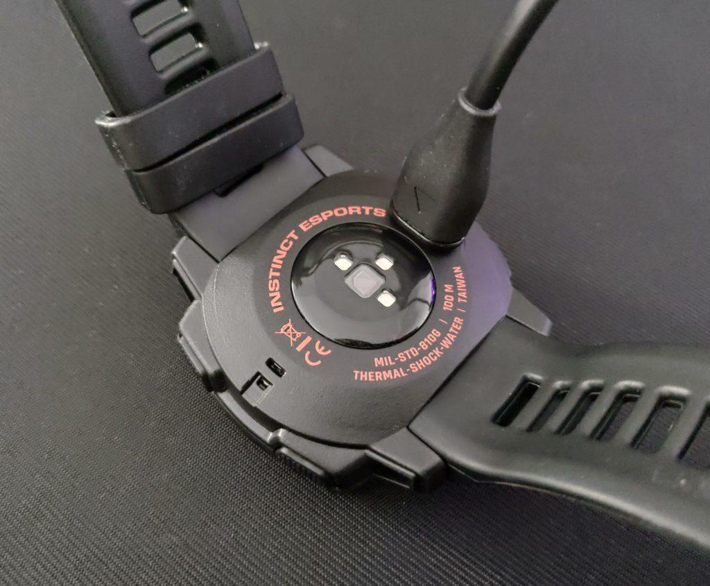 Garmin Instinct Esports spód i złącze do ładowania z kablem