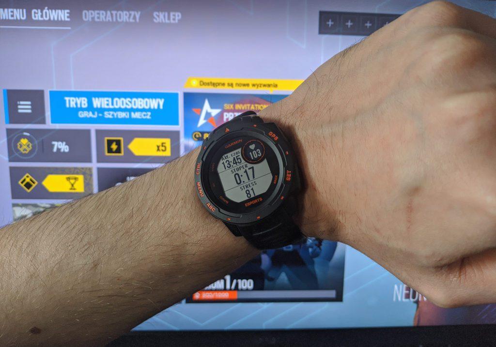 Garmin Instinct Esports mierze stanu zdrowia w trakcie gry