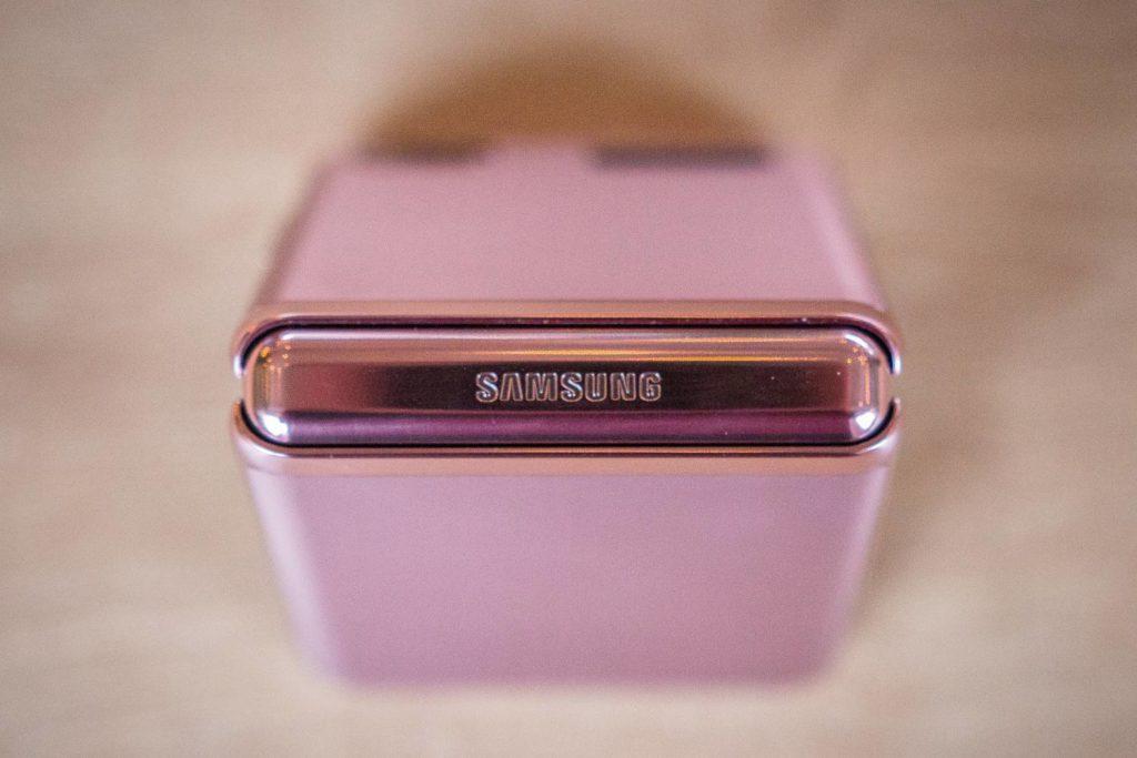 logo Samsung w smartfonie Z Flip