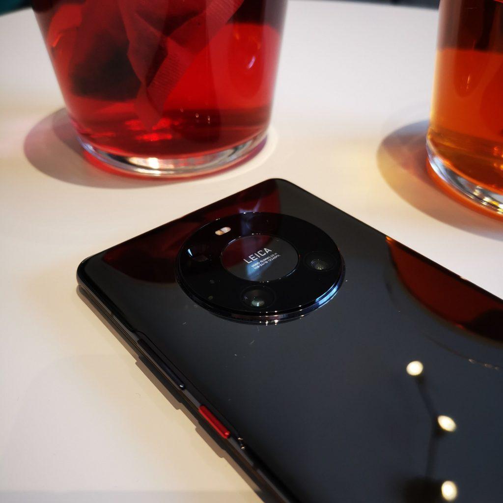 Huawei Mate 40 Pro smartfon na stole
