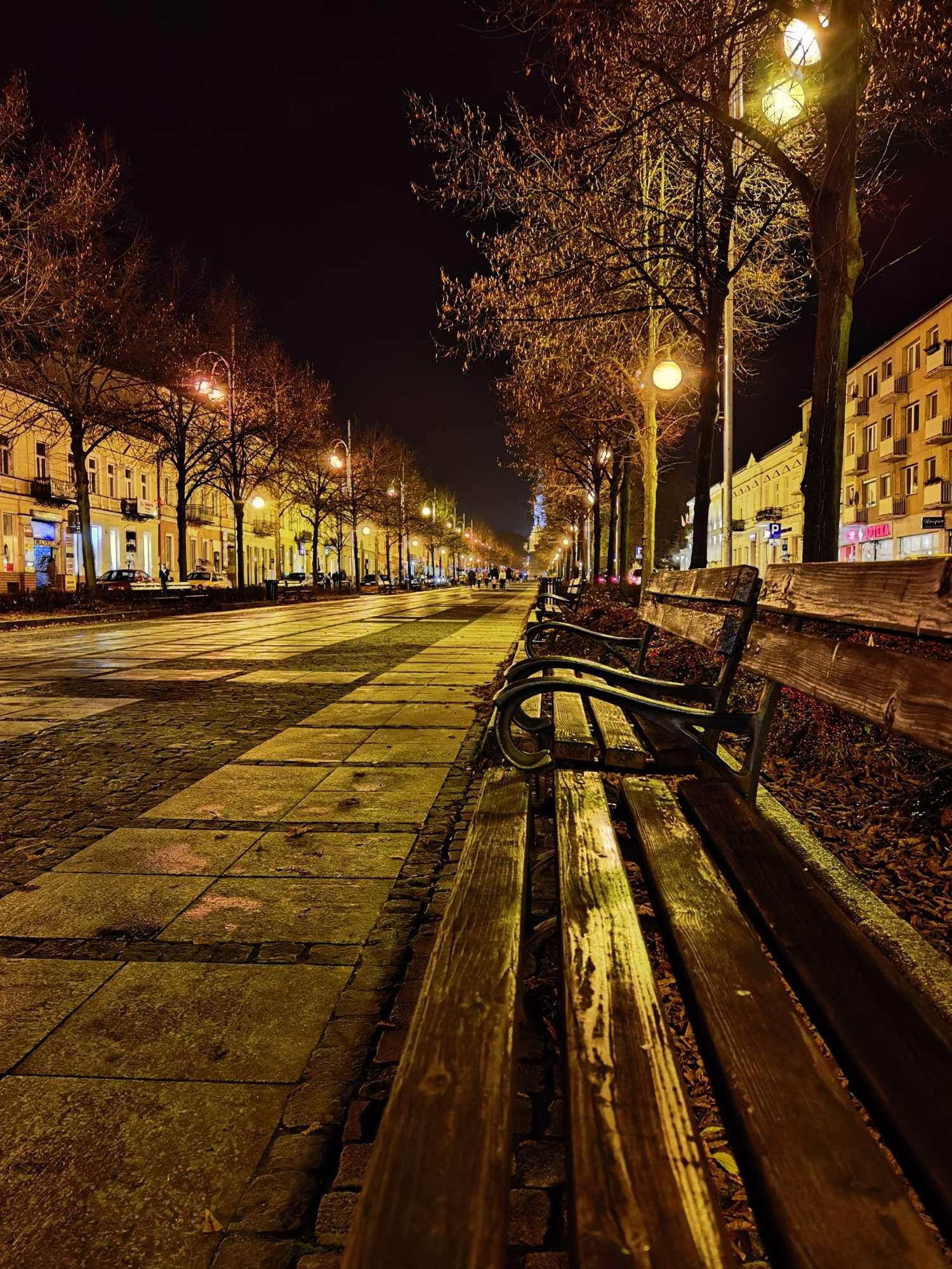 Huawei Mate 40 Pro zdjęcie nocne ławka