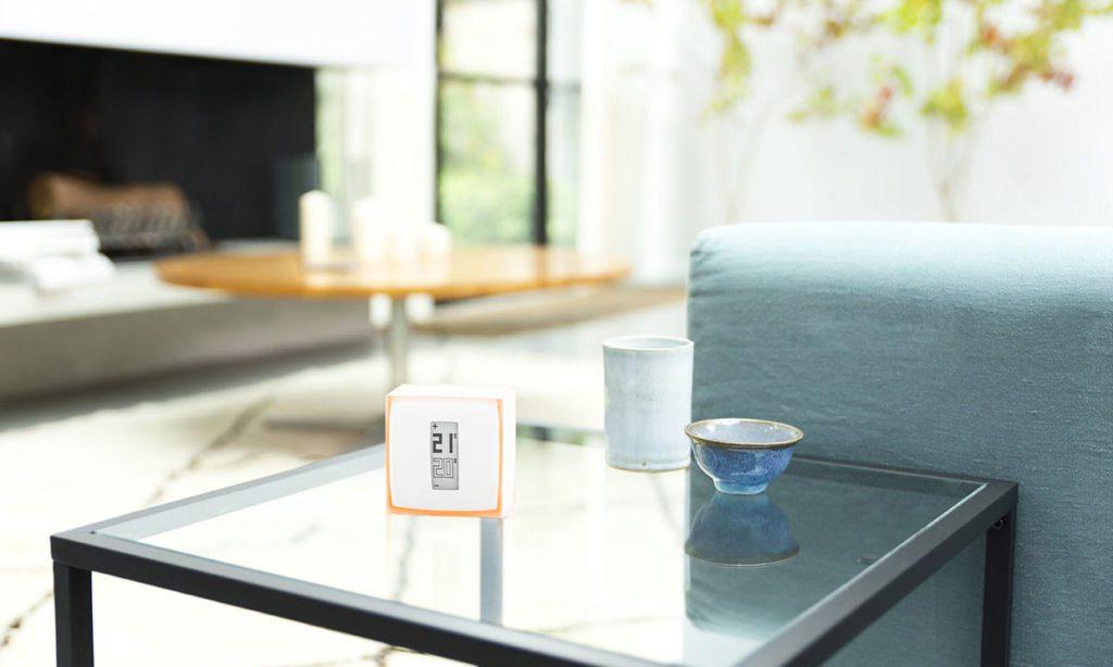 netatmo inteligentny termostat na stole